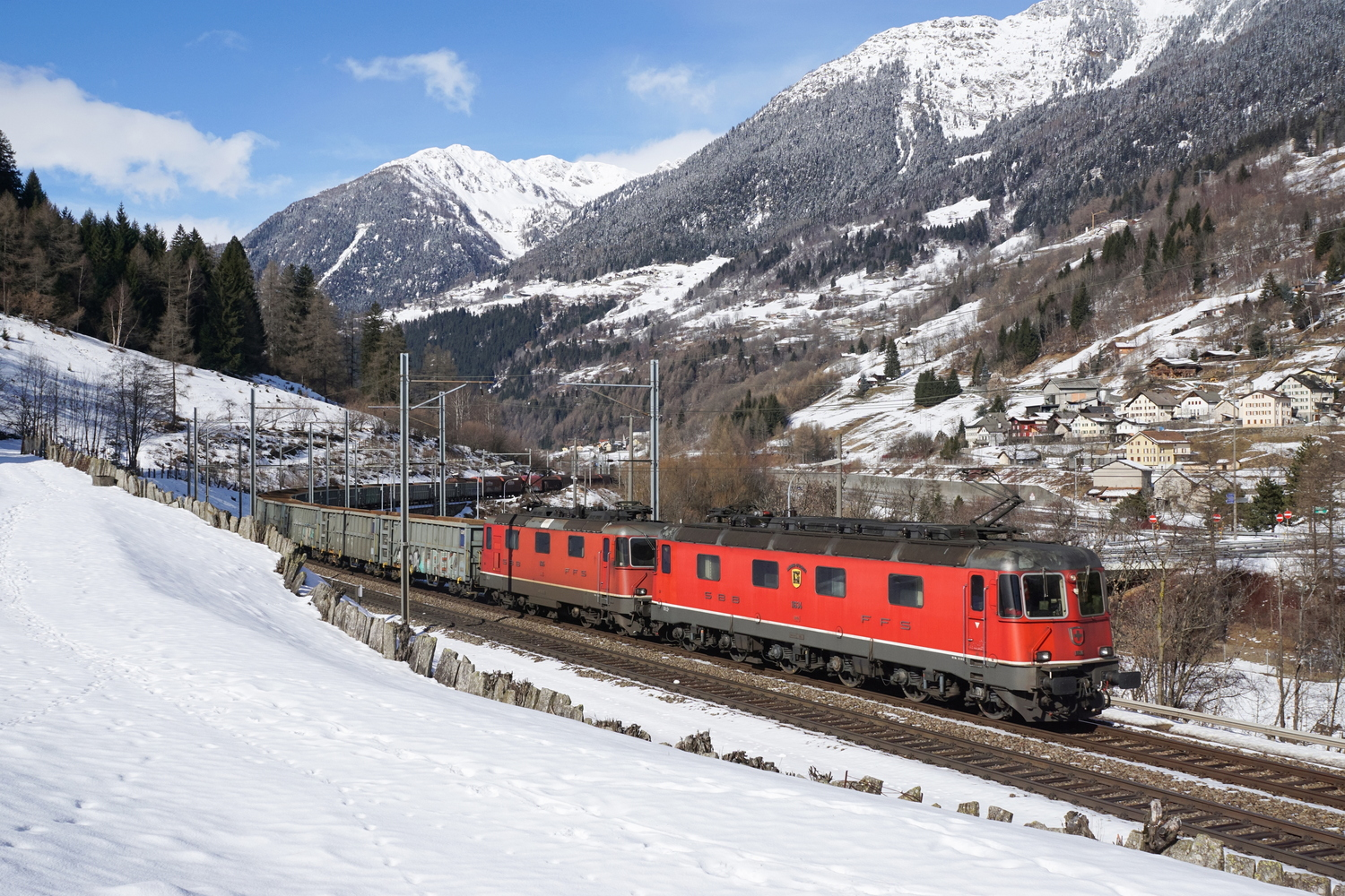 SBB Re 66 11634 Aarburg-Oftringen Re 44 2 11315 02.jpg