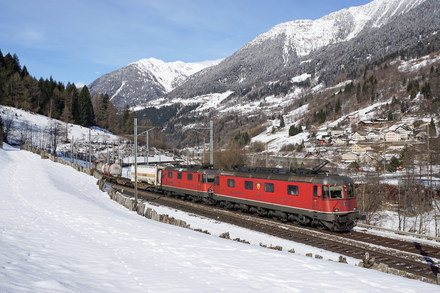 SBB Re 66 11677 Neuhausen am Rheinfall Re 44 2 11326 02.jpg